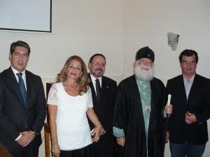 Ο Μακαριώτατος Πάπας και Πατριάρχης Αλεξανδρείας και πάσης Αφρικής κ.κ. Θεόδωρος Β' (κέντρο), ο Γενικός Πρόξενος της Ελλάδας στην Αλεξάνδρεια κ. Χρ. Καποδίστριας (αριστερά), ο Έφορος των Εκπαιδευτηρίων της ΕΚΑ κ. Π. Μακρής (δεξιά), ο κεντρικός ομιλητής κ. Δημήτρης Καλομοιράκης (κέντρο), η Πρόεδρος του «Πτολεμαίου Α'» Δρ. Λιλίκα Θλιβίτου (κέντρο).