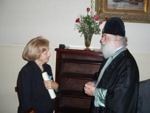 Ο Μακαριώτατος τιμά την κα Στέλλα Παπαντώνη με τον Χρυσό Λέοντα του Τάγματος της Αλεξανδρείας.