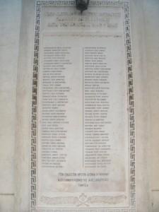 4.Έντοιχη πλάκα στην αυλή του Ι.Ν. Ευαγγελισμού προς τιμήν των πεσόντων Ελλήνων Αλεξανδρινών κατά το Β' Παγκόσμιο Πόλεμο.