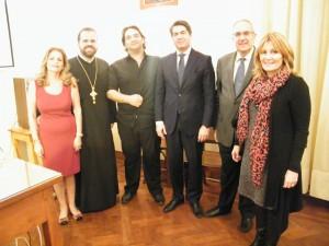 """Ο Γενικός Πρόξενος κ. Χρ. Καποδίστριας (κέντρο), ο Δρ Κ. Σαββόπουλος (κέντρο), ο Αρχιμανδρίτης Απόστολος Τριφύλλης (αριστερά), η Πρόεδρος του """"Πτολεμαίου Α'"""" Δρ Λ. Θλιβίτη, ο Πρόεδρος του Εμπορικού Επιμελητηρίου κ. Β. Βαφειάδης (δεξιά) και η Γενική Γραμματέας της Ε.Κ.Α. κα Αρτ. Γεροντάκη."""