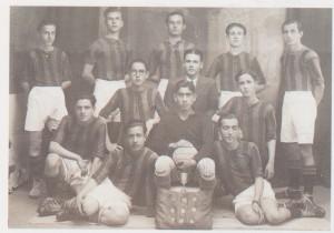 Η ομάδα του αθλητικού συλλόγου «Ολυμπιακός» της Αλεξάνδρειας. (Πηγή: Ι.Μ. Χατζηφώτης, Αλεξάνδρεια. Οι δύο αιώνες του νεότερου ελληνσιμού, 1999)