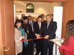Ο Δήμαρχος Αμαρουσίου Γ. Πατούλης, με τον Μορφωτικό Ακόλουθο της Πρεσβείας της Αραβικής Δημοκρατίας της Αιγύπτου Χισάμ Νταργουίς, ενώ κόβουν την κορδέλα των εγκαινίων.
